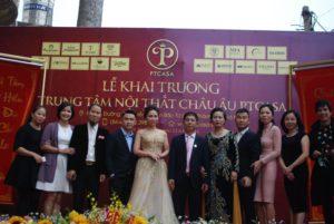 Bà Nguyễn Thị Phương TGĐ PT Casa chụp ảnh cùng đại gia đình Công ty pT Casa trong lễ khai trương.