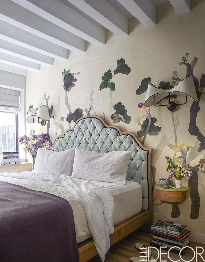 Tranh trí bằng cách vẽ tranh tường đầu giường.
